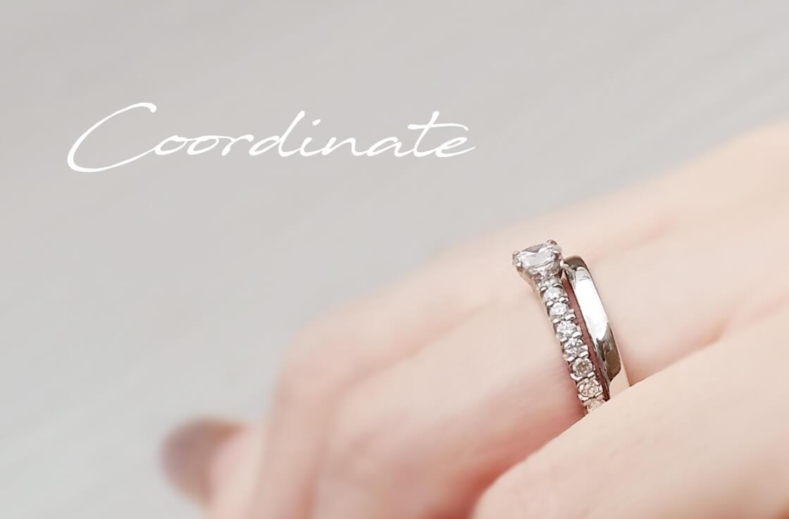 リモデルした婚約指輪と、結婚指輪を重ね着けした手元