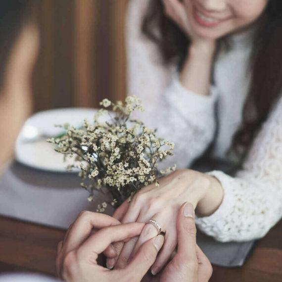 母が父に婚約指輪をはめてもらっている様子