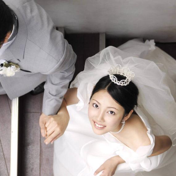 彼と手をつないで結婚式に向かう、ウエディングドレスを着た私